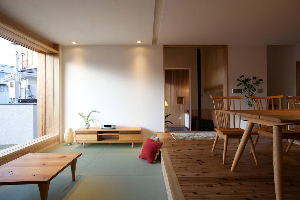 毛見の家: 辻健二郎建築設計事務所が手掛けたリビングです。