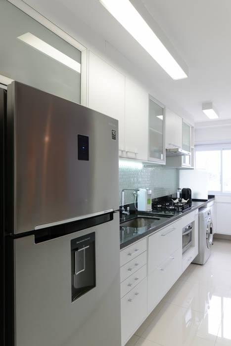 Nhà bếp phong cách hiện đại bởi RAFAEL SARDINHA ARQUITETURA E INTERIORES Hiện đại