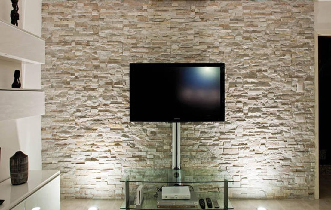 Rivestimenti in pietra naturale soggiorno moderno di for Rivestimento parete soggiorno