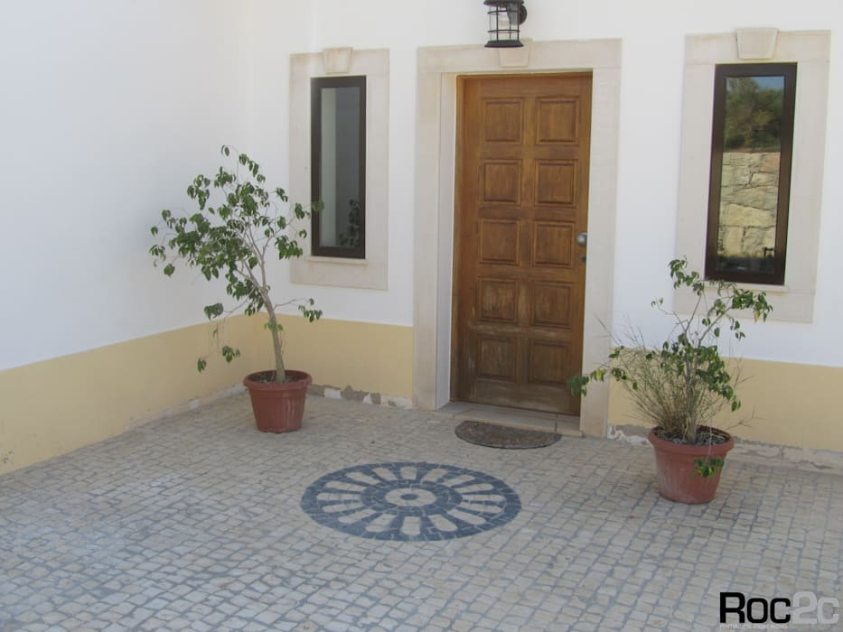Rustic style balcony, veranda & terrace by Roc2c Rustic Limestone