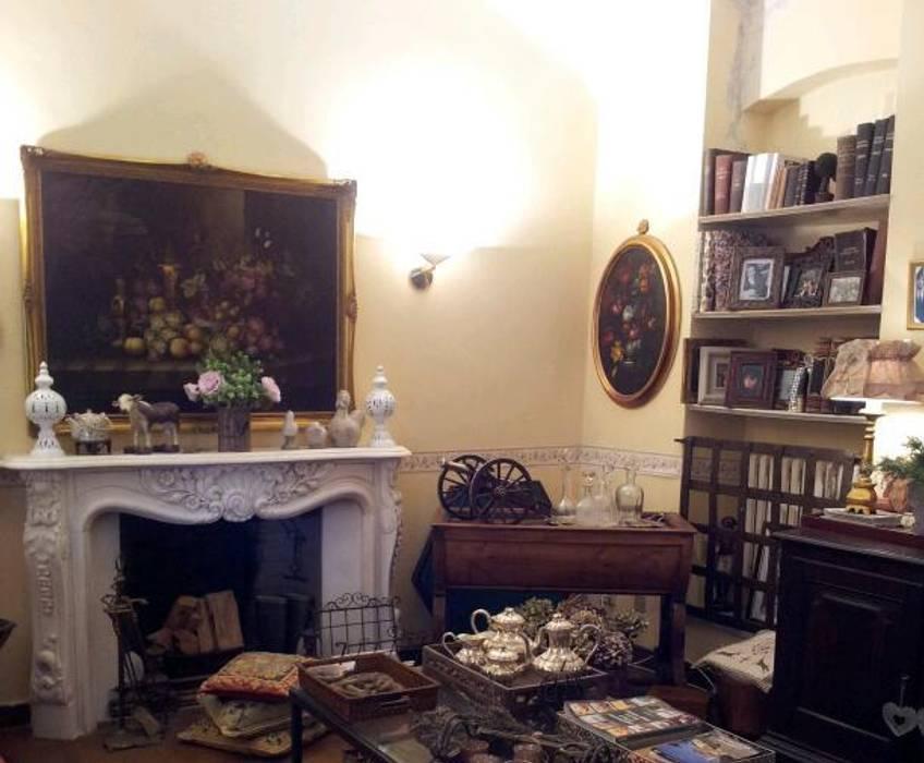 Particolare del camino ottocentesco in stile francese del soggiorno ...