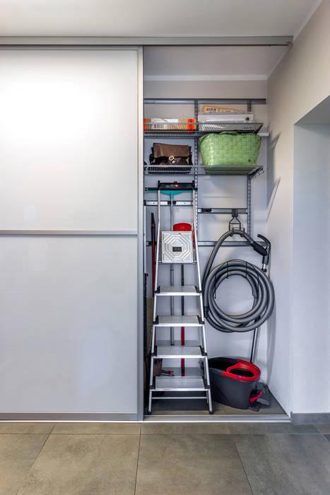Einbauschrank in der Garage Moderne Garagen & Schuppen von Elfa Deutschland GmbH Modern Metall