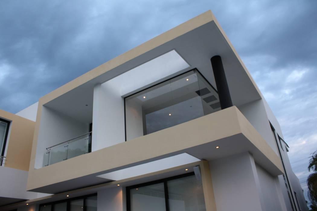 Detalle arquitectonico perteneciente a ventana esquinera doble altura salon.: Casas de estilo  por Camilo Pulido Arquitectos