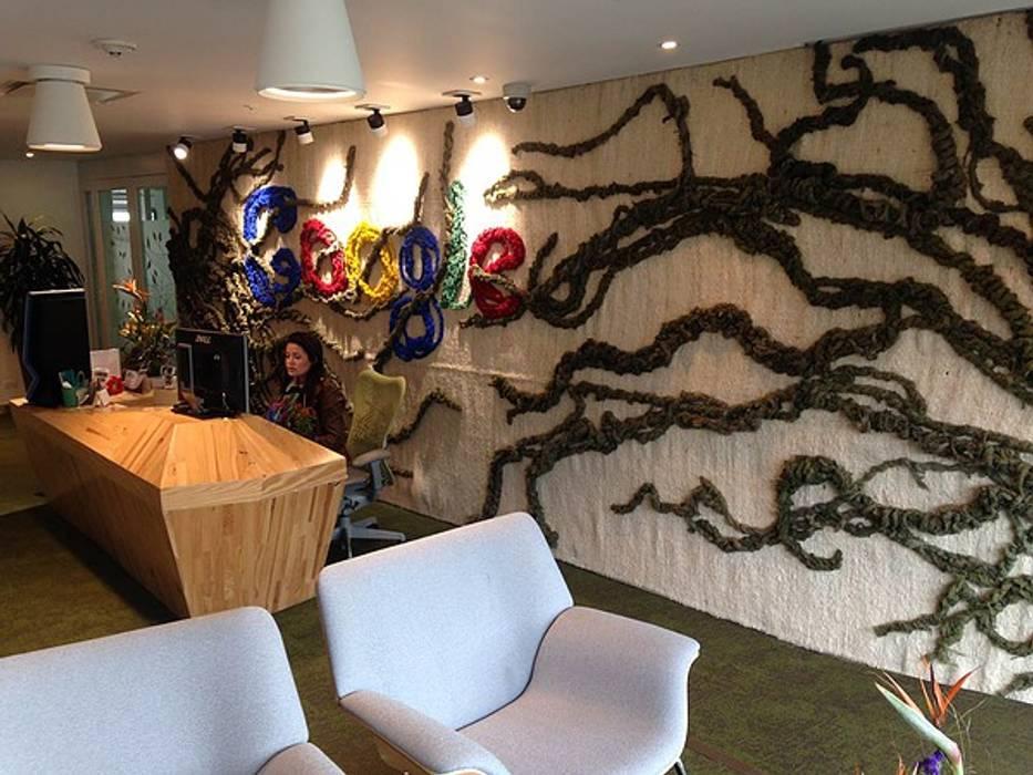 GOOGLE Oficinas en Bogotá: Pasillos y vestíbulos de estilo  por CHIMI
