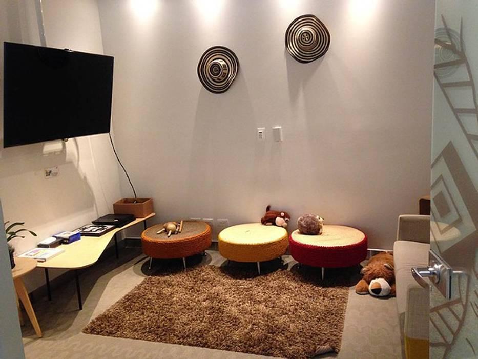 Área de esparcimiento: Salas multimedia de estilo  por CHIMI