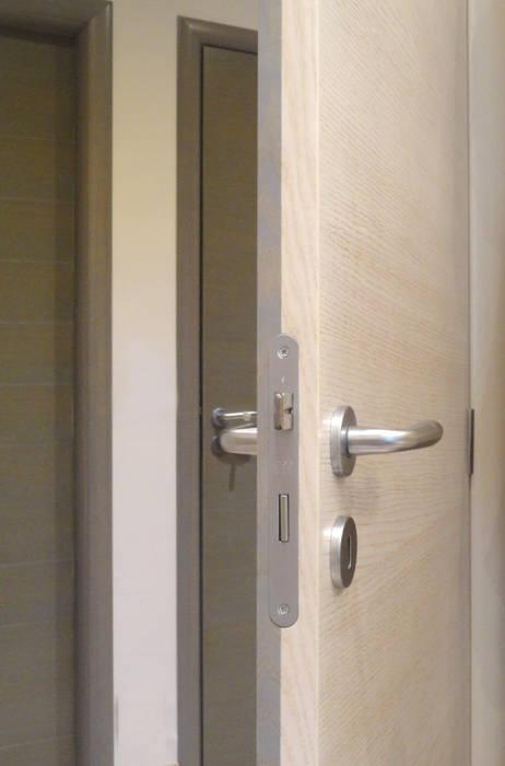 Porta double color: Finestre in stile  di The Creative Apartment