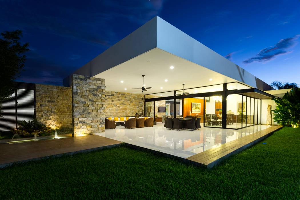 Casa O44: Terrazas de estilo  por P11 ARQUITECTOS,