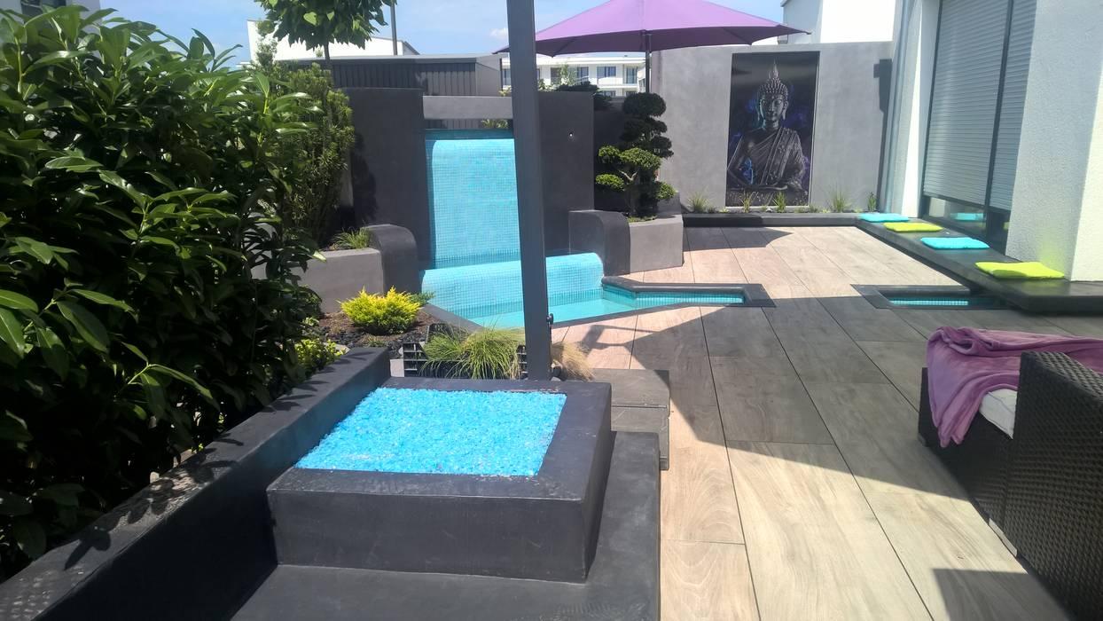Moderne terrasse mit wasserfall: garten von neues ...