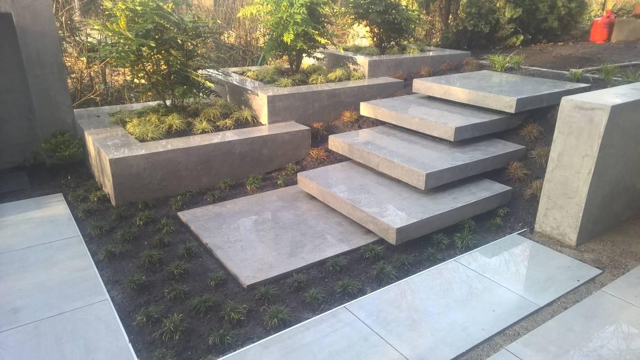 Moderne terrasse mit wasserfall, sitzbank und treppenstufen: garten ...