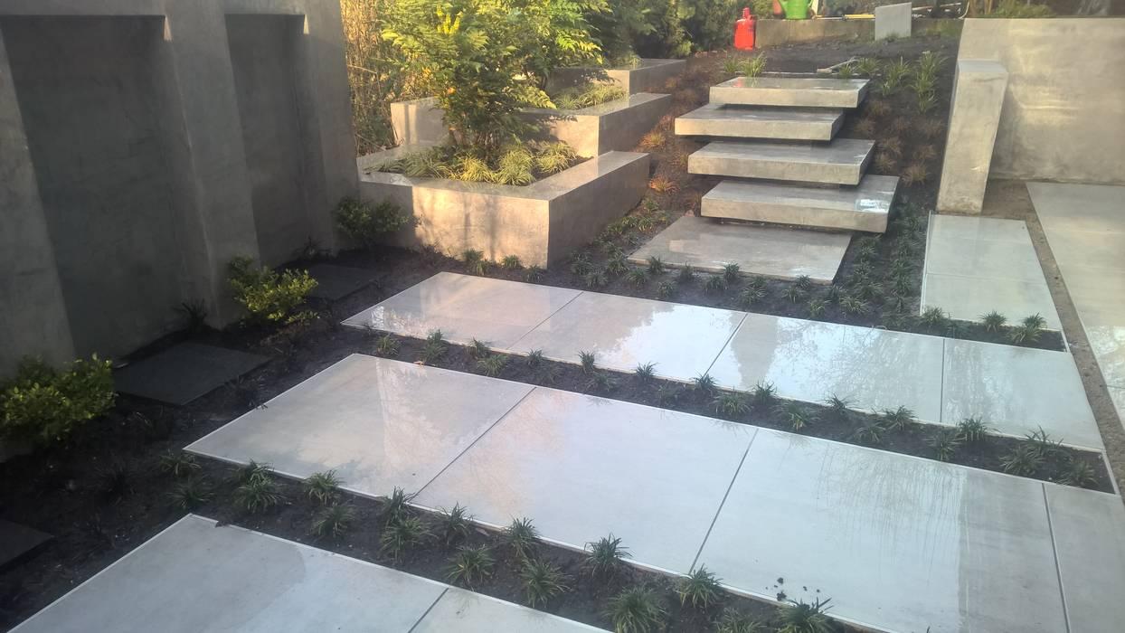 moderne terrasse mit wasserfall, sitzbank und treppenstufen