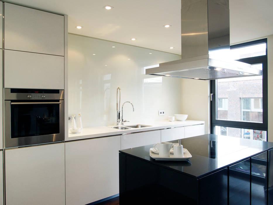 Schwarz-weiße offene küche mit kücheninsel: küche von homify | homify