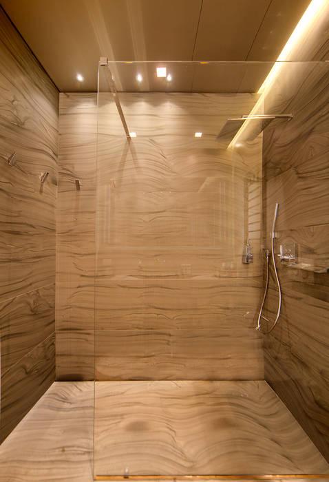 Master Bathroom: Bagno in stile in stile Moderno di studiodonizelli
