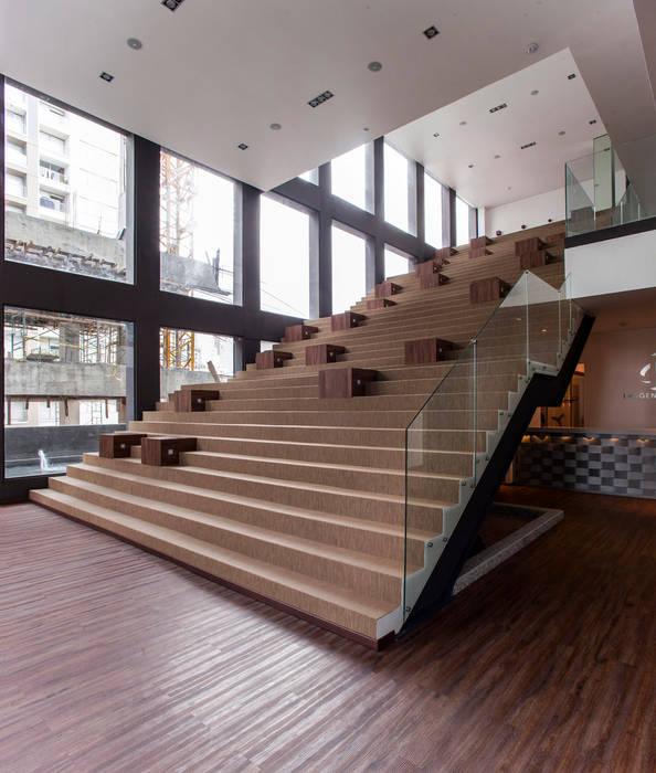 現代風玄關、走廊與階梯 根據 Serrano Monjaraz Arquitectos 現代風