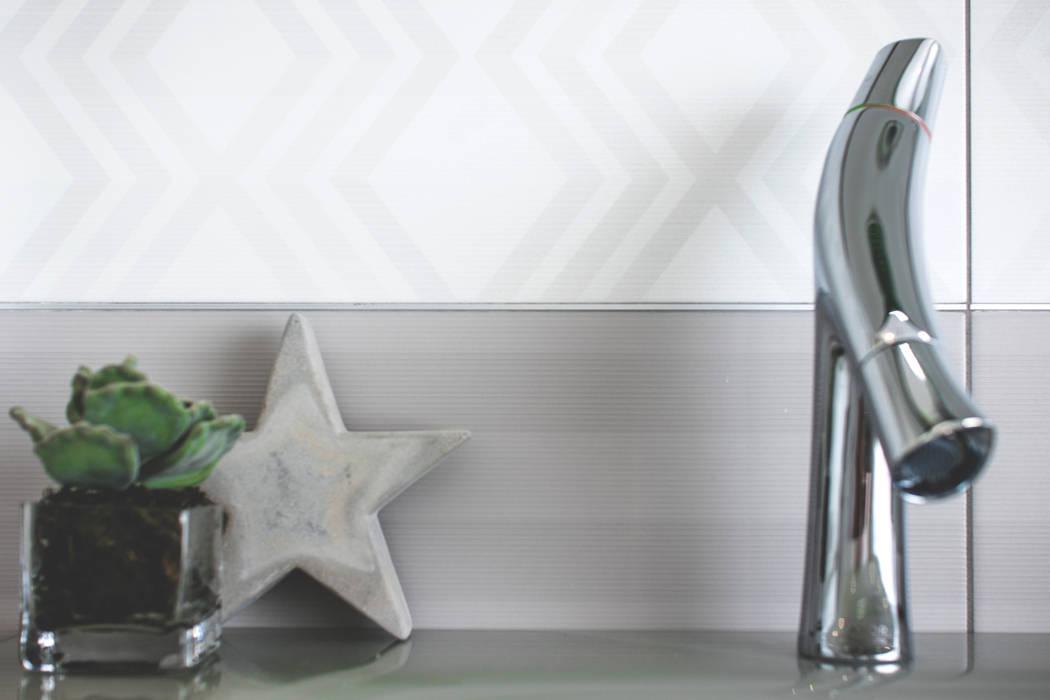 Bagno Figlio: Bagno in stile in stile Minimalista di MD Creative Lab - Architettura & Design