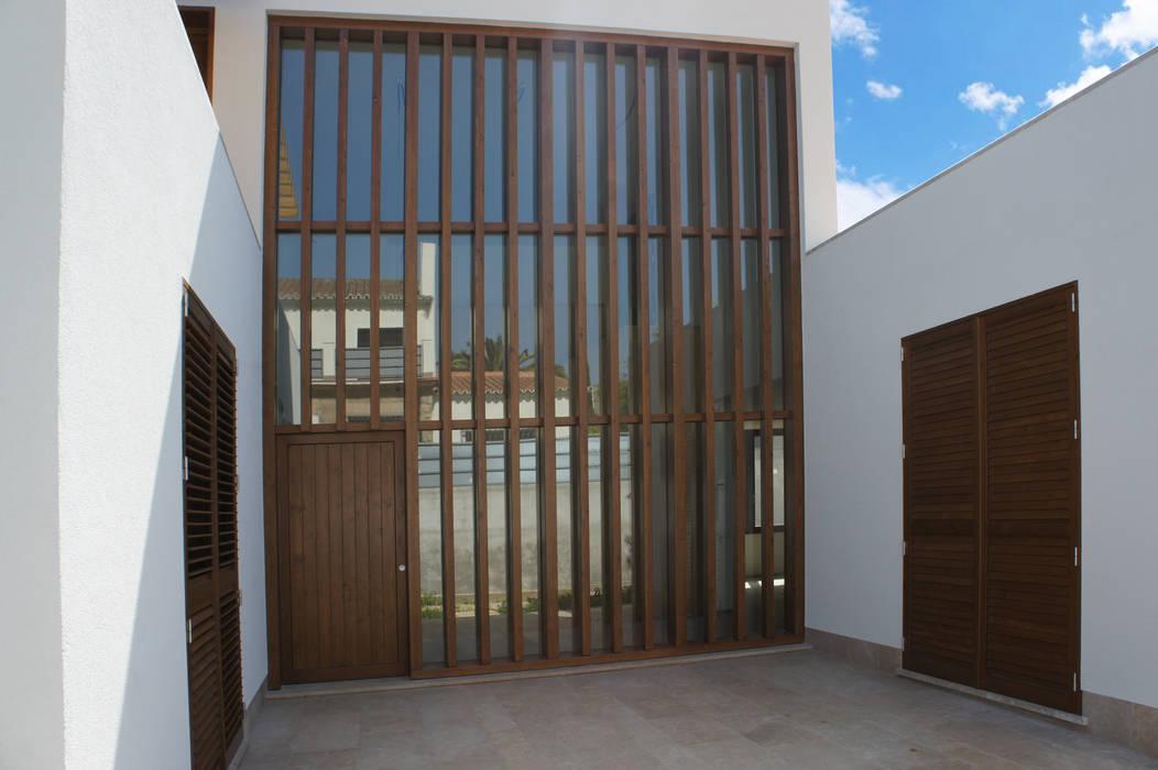 RIBA MASSANELL S.L. Pintu & Jendela Modern Kayu Wood effect