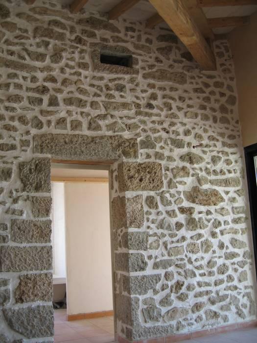 Mur en pierres naturelles: Couloir et hall d'entrée de style  par BATIR AU NATUREL