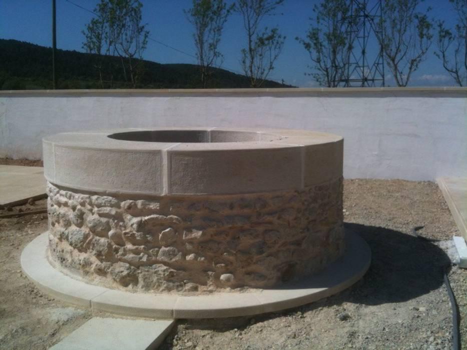 Puits en pierre: Jardin de style de style Moderne par BATIR AU NATUREL