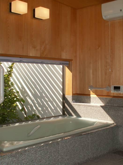 Baños modernos de アンドウ設計事務所 Moderno Madera maciza Multicolor