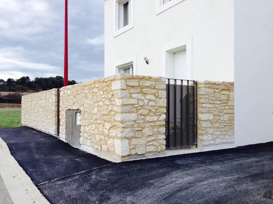 Murs en pierre et ferronnerie: Lieux d'événements de style  par BATIR AU NATUREL