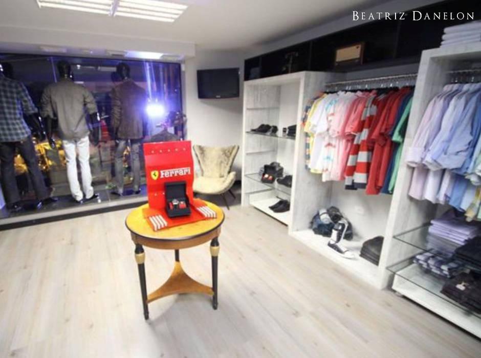 PROJETO DE INTERIOR - LOJA DE ROUPAS MASCULINAS: Lojas e imóveis comerciais  por BEATRIZ DANELON | Arquitetura e Interiores,Moderno