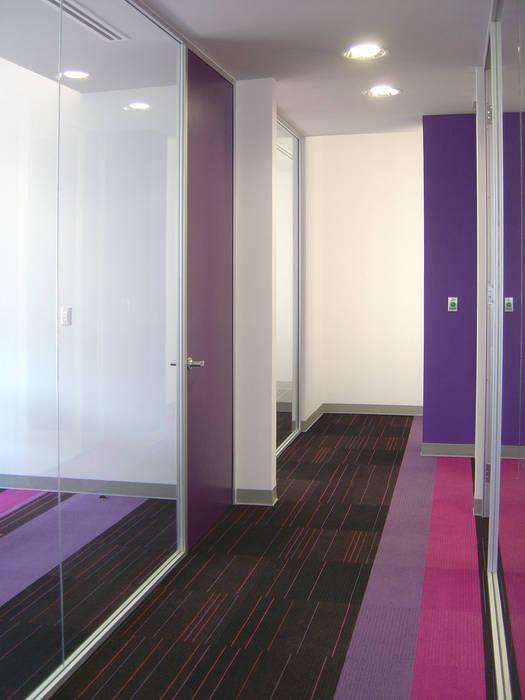Estudios y oficinas de estilo moderno por usoarquitectura