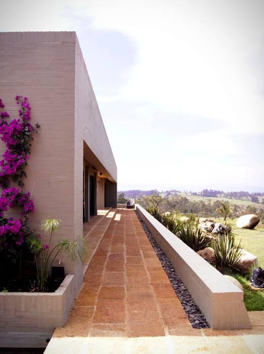 Modern corridor, hallway & stairs by AMR ARQUITECTOS Modern