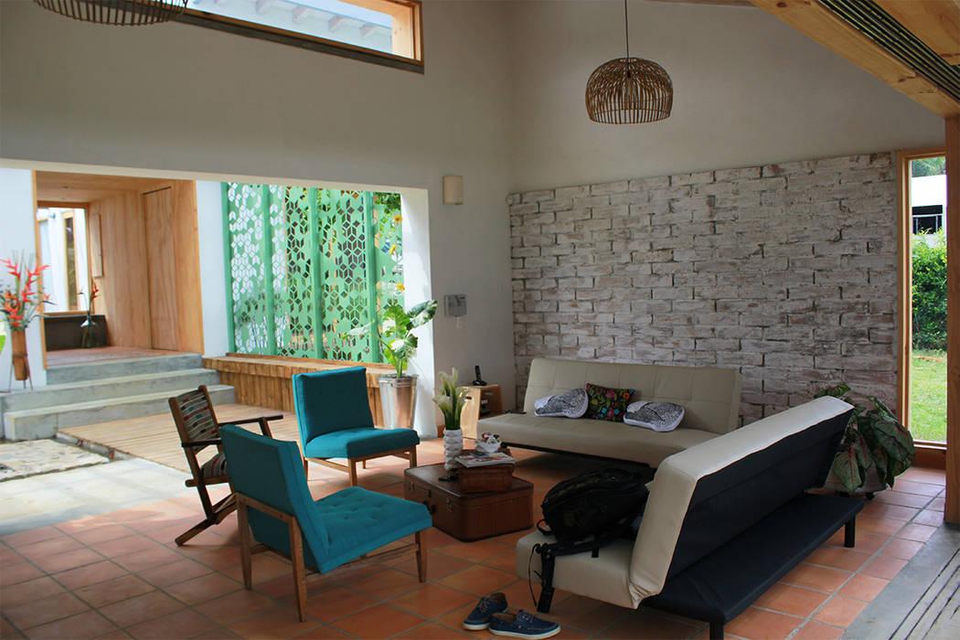salón con patio al fondo Salas modernas de interior137 arquitectos Moderno