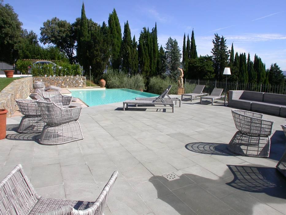 Bordo piscina e solarium in Pietra Macigno: Piscina in stile in stile Moderno di FROSINI PIETRE SRL