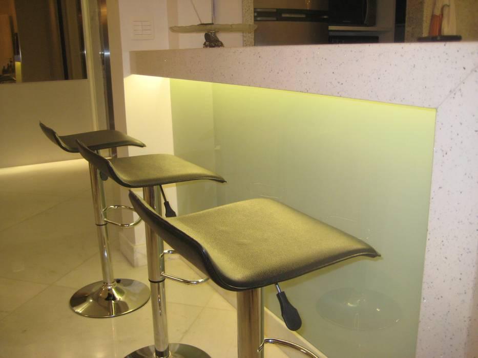 Apartamento   (Parceria Cristina Santana): Salas de estar modernas por Das Haus Interiores - by Sueli Leite & Eliana Freitas