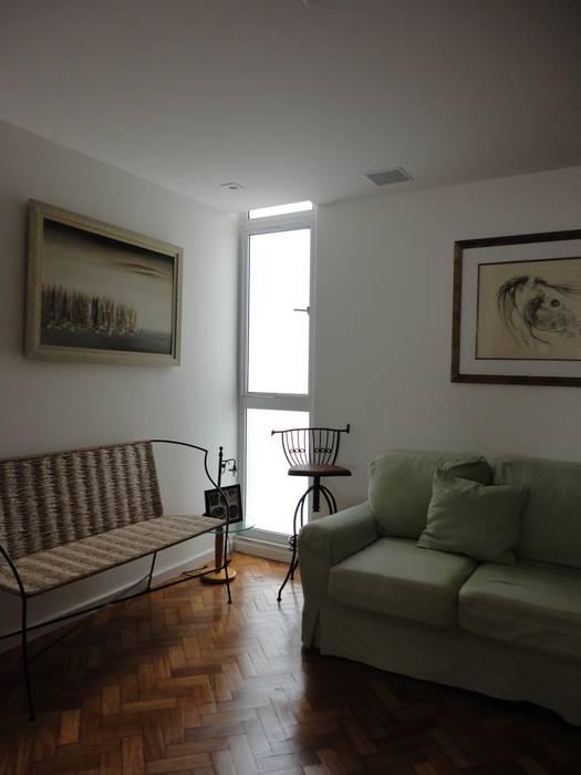 ห้องนั่งเล่น โดย Maria Helena Torres Arquitetura e Design,