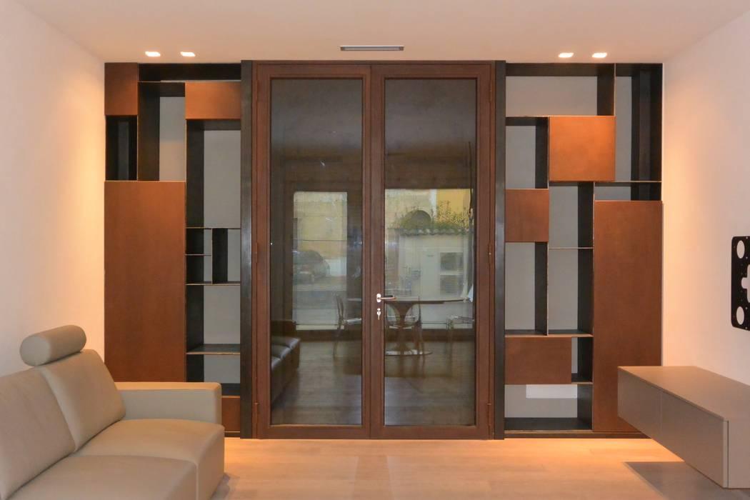 L'ingresso: la bussola: Ingresso & Corridoio in stile  di Emmeti Srl