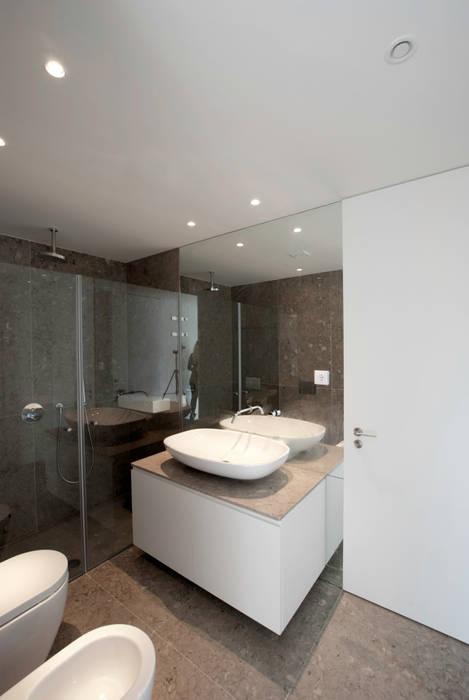 Phòng tắm theo T O H A ARQUITETOS ,