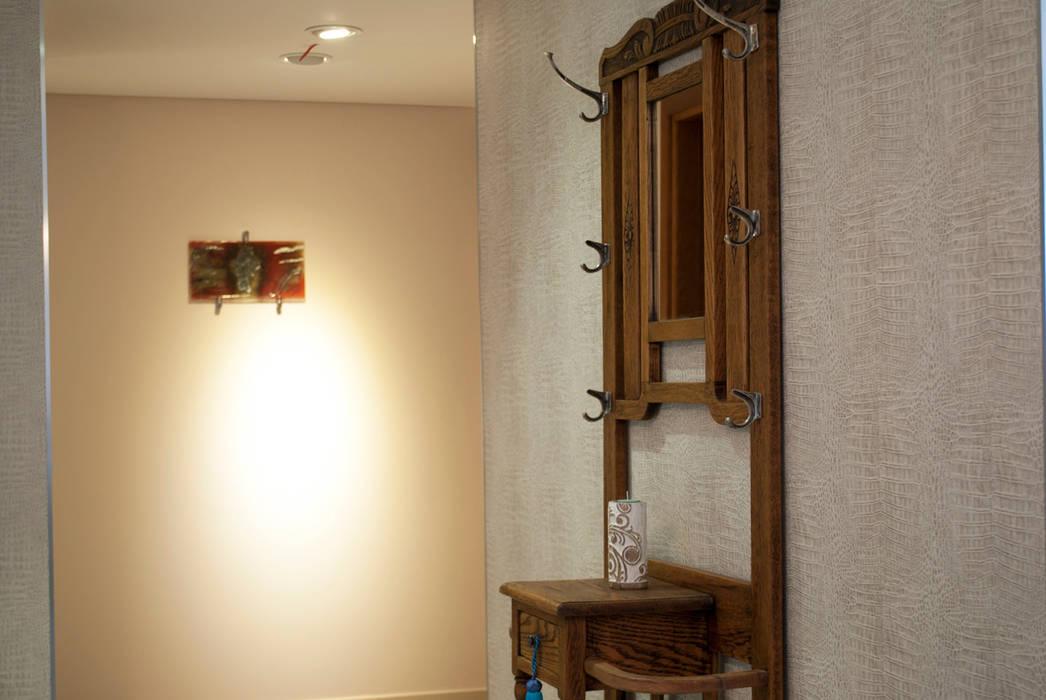 Despojador de bienvenida: Pasillos y recibidores de estilo  por Diseñadora Lucia Casanova