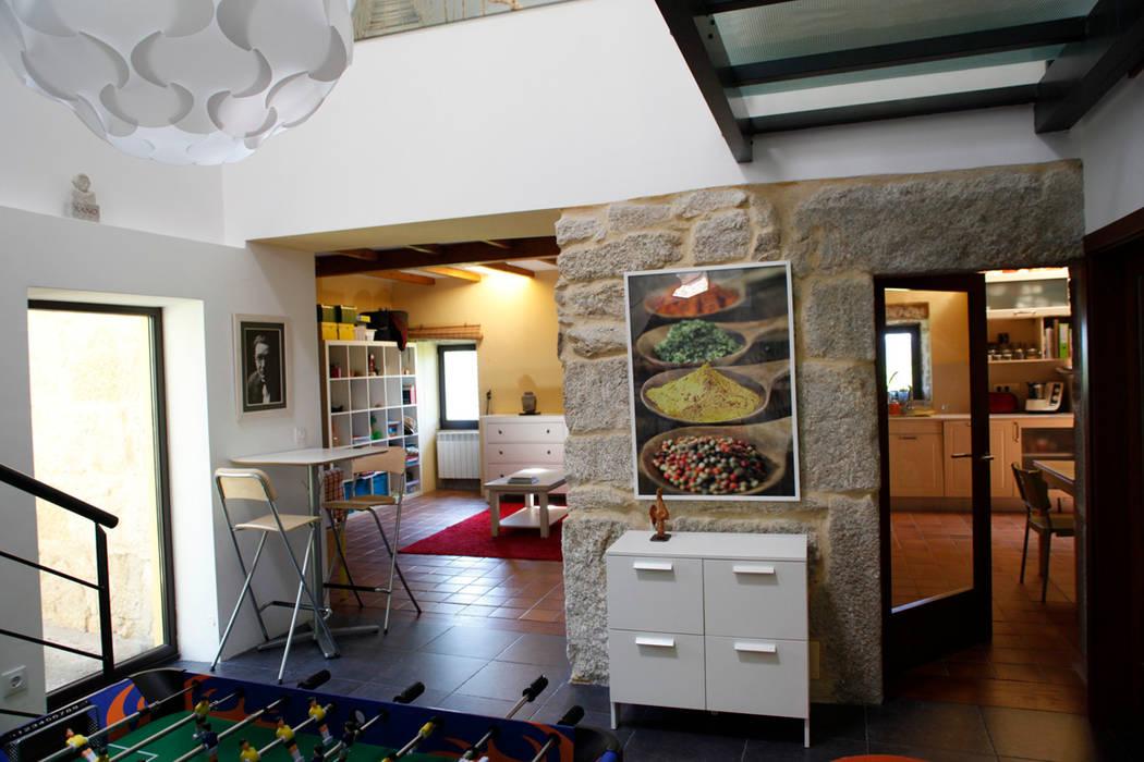 MAGA - Diseño de Interiores Sala multimediale moderna