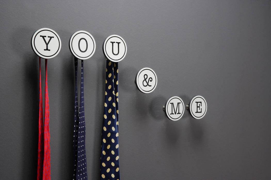Gancio Appendiabiti per lui & per lei: Art- Up Alphabet: Camera da letto in stile  di Creativando Srl - vendita on line oggetti design e complementi d'arredo