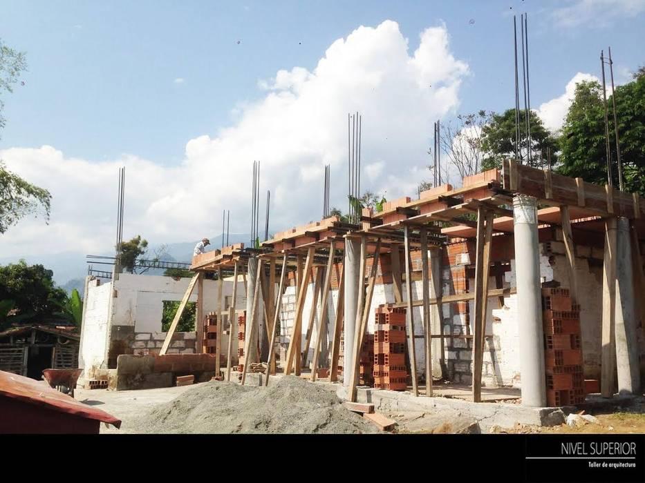 Rumah oleh NIVEL SUPERIOR taller de arquitectura , Country