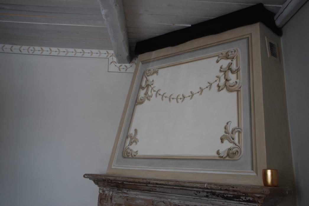 La cappa del camino decorata: Soggiorno in stile in stile Rustico di Ghirigori Lab di Arianna Colombo