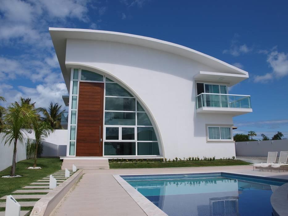 BUSCA VIDA 01 - Fachada e Piscina - Condomínio Buscaville, Busca Vida: Casas  por CHASTINET ARQUITETURA URBANISMO ENGENHARIA LTDA,Moderno Vidro