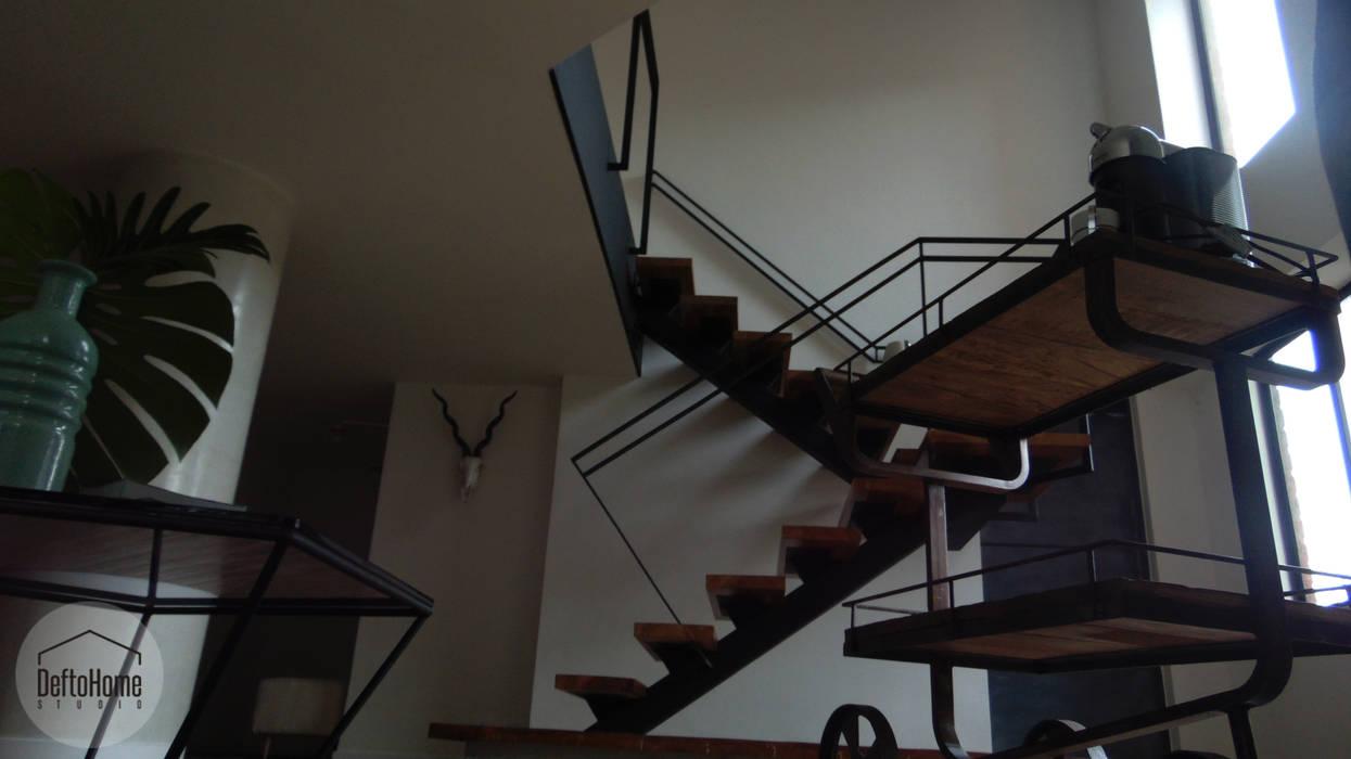Couloir, entrée, escaliers industriels par DeftoHomeStudio INC Industriel