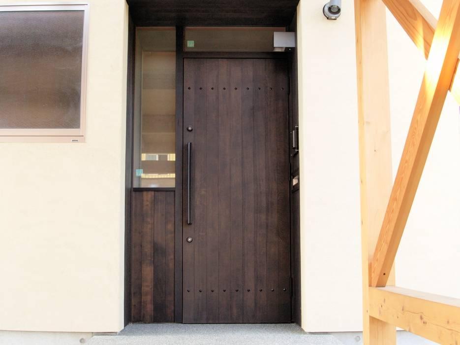 S邸玄関戸: BELKAが手掛けた廊下 & 玄関です。,