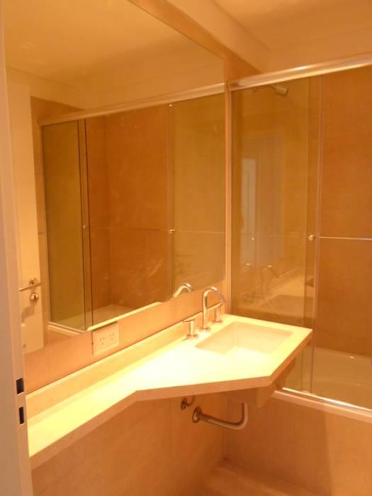 Baño pasillo: Baños de estilo moderno por Estudio BASS Arquitectura