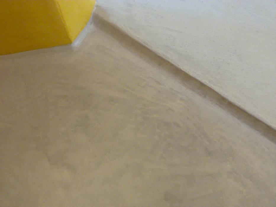 Pavimenti bagno con doccia a filo pavimento e rivestimento in