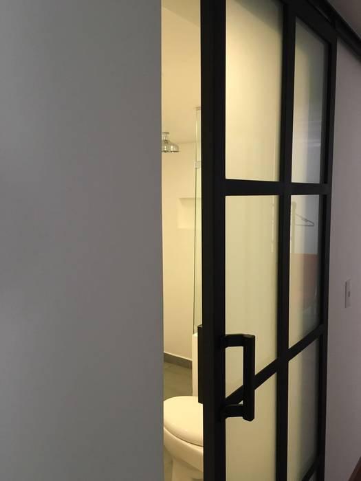 ReformaALT: Baños de estilo industrial por DeftoHomeStudio INC