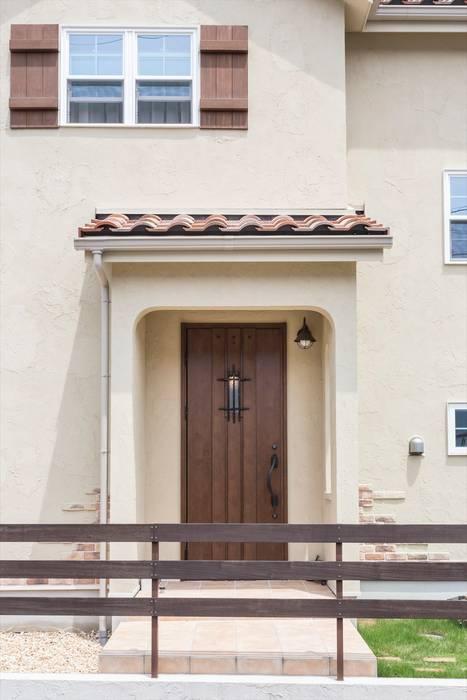 玄関・外壁 - LDKにキッズスペースのあるプロヴァンススタイルの家: ジャストの家が手掛けた窓です。,