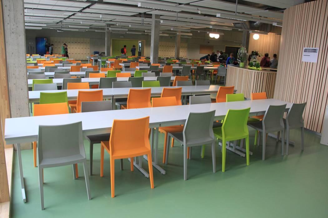 Sedie impilabili Hoth presso una scuola in Belgio: Scuole in stile  di IBEBI Design