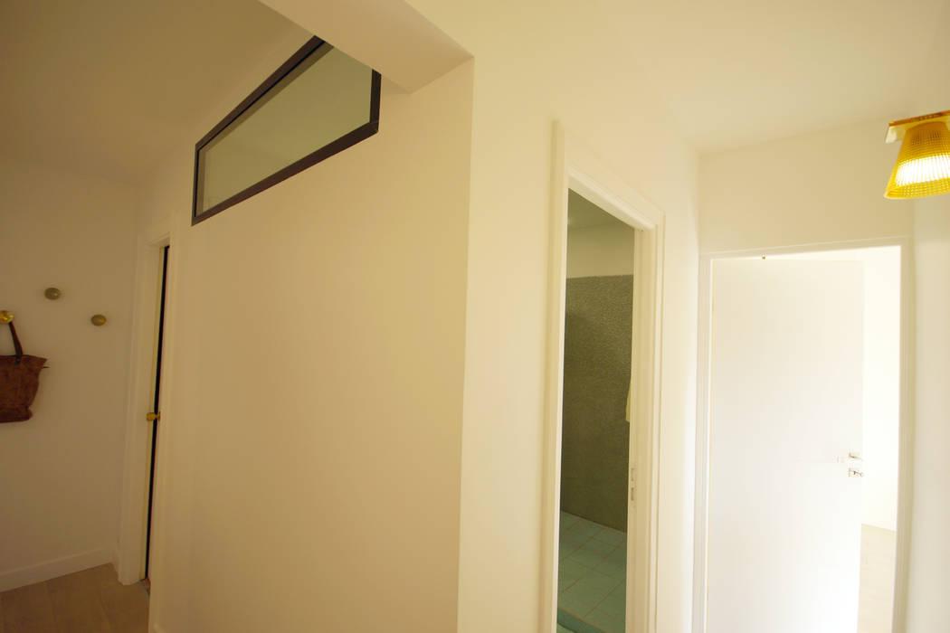 Décoration intérieure. Architecte Paris. Grazia architecture.: Couloir et hall d'entrée de style  par Grazia Architecture
