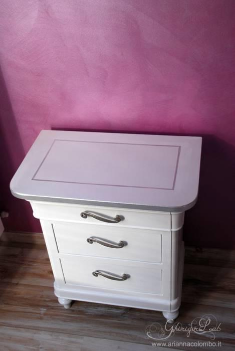 Un vecchio comodino color legno laccato bianco con dettagli argento: Camera da letto in stile in stile Moderno di Ghirigori Lab di Arianna Colombo
