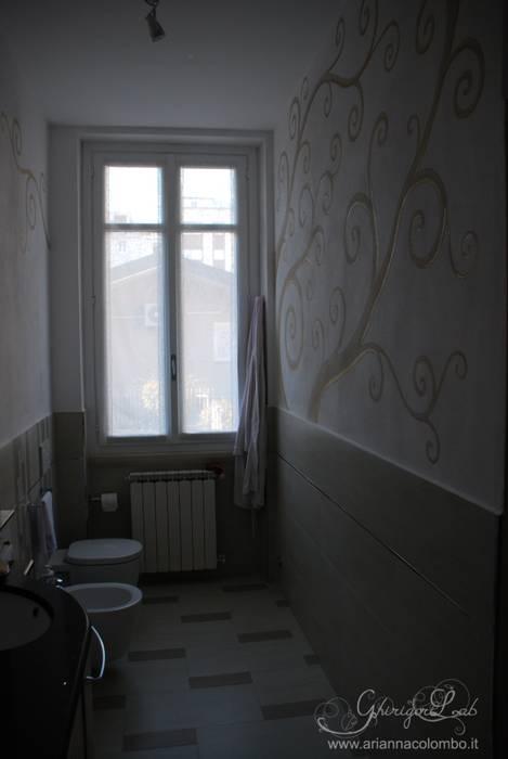 Ghirigori dorati sulla parete del bagno: Bagno in stile in stile Moderno di Ghirigori Lab di Arianna Colombo