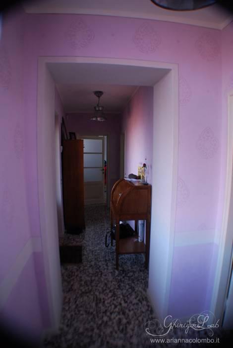 Finta tappezzeria damascata per il corridoio di ingresso: Ingresso & Corridoio in stile  di Ghirigori Lab di Arianna Colombo