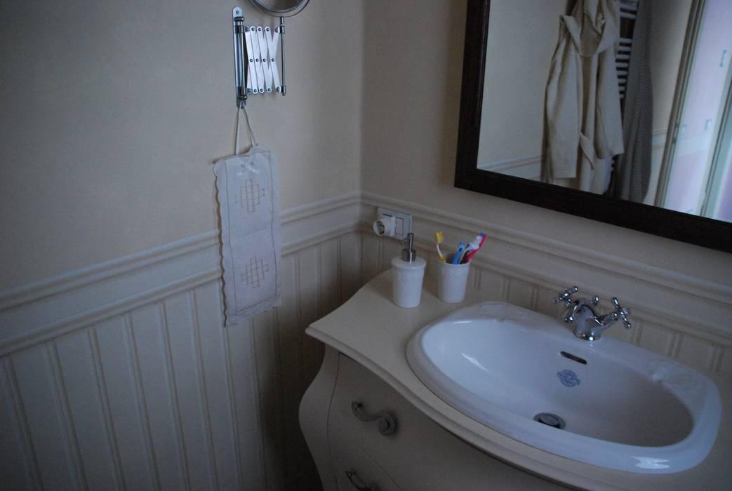 Velatura color crema e finta boiserie avorio per le pareti del bagno: Bagno in stile in stile Rustico di Ghirigori Lab di Arianna Colombo